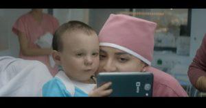 המנטור החדש כבר כאן: צפו בתינוק שנולד עם סמארטפון ביד